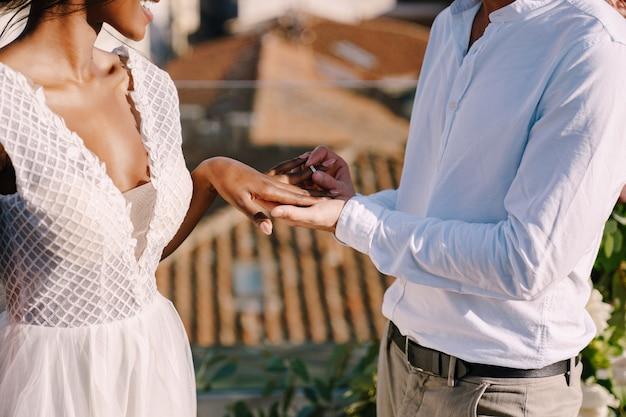 Bruidegom zet een ring om de vinger van de bruid