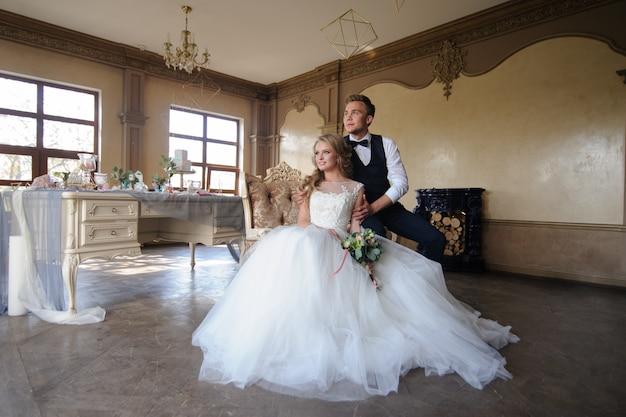 Bruidegom zet een trouwring op zijn bruid.