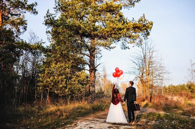 Bruidegoms zijn in het bos en vrijgegeven in de luchtballen