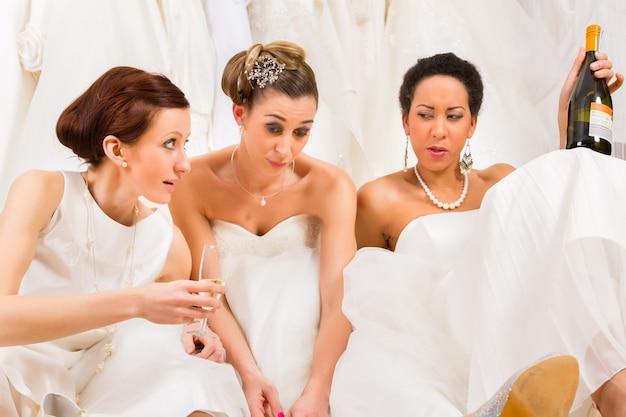 Bruiden die te veel drinken in trouwwinkel of winkel