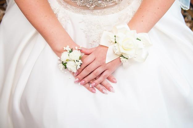 Bruiden handen met bloemen