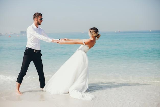 Bruiden in de buurt van de zee