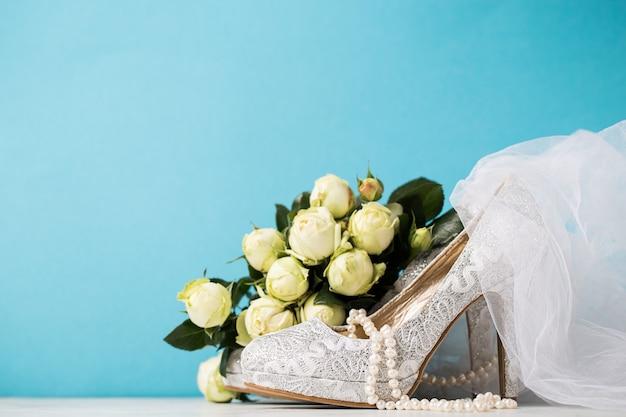 Bruids accessoires samengesteld op blauw