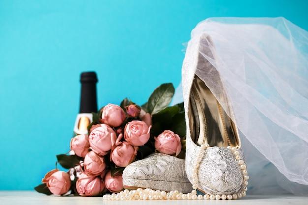 Bruids accessoires samengesteld samen op blauw