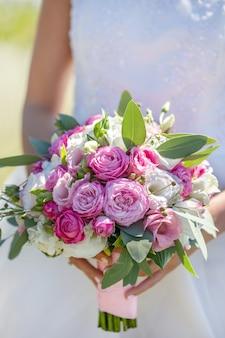 Bruids boeket van verse bloemen. bruiloft concept