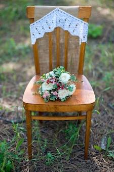 Bruids boeket verse bloemen op vintage houten stoel