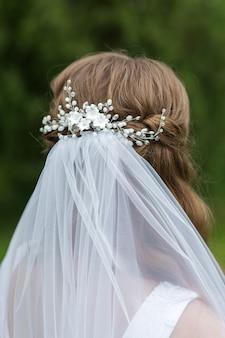 Bruids kapsel bruid met sieraden close-up achteraanzicht