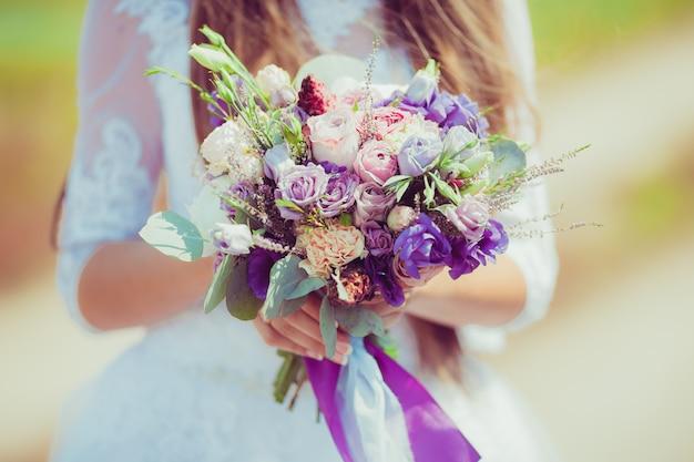 Bruids mooi romantisch boeket van verschillende bloemen