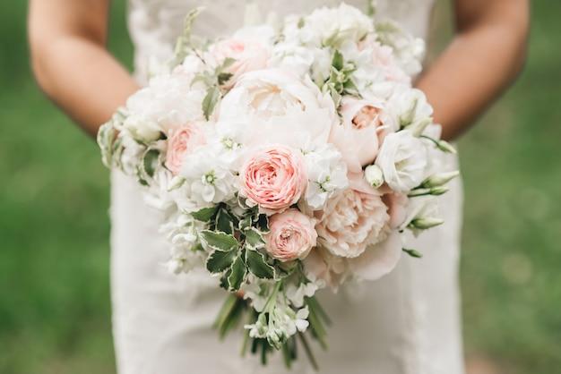 Bruids ochtenddetails. bruiloft mooi boeket in de handen van de bruid