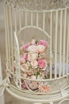 Bruidsboeket binnenkant van een kooi