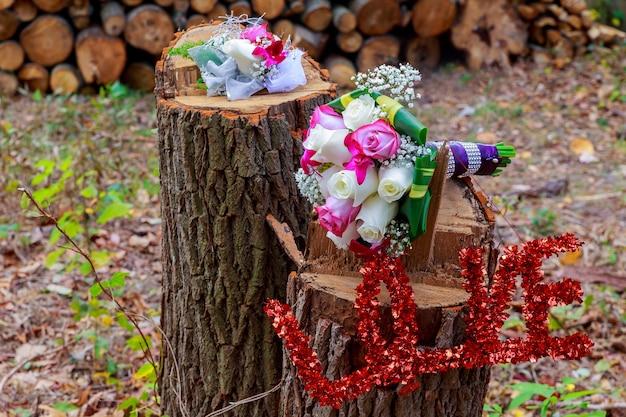Bruidsboeket en boutonniere bruidegom bruiloft bruidsboeket van rozen en bloem bruidegom