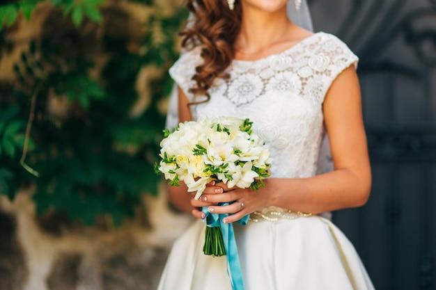 Bruidsboeket in handen van de bruid