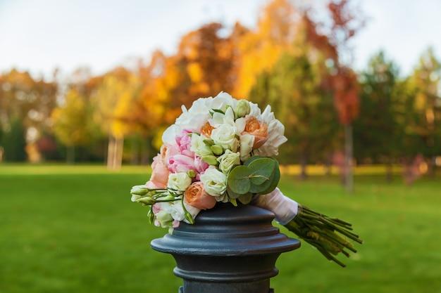 Bruidsboeket op een achtergrond van kleurrijk herfstbos