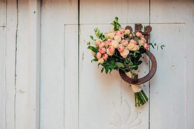 Bruidsboeket op een houten wand