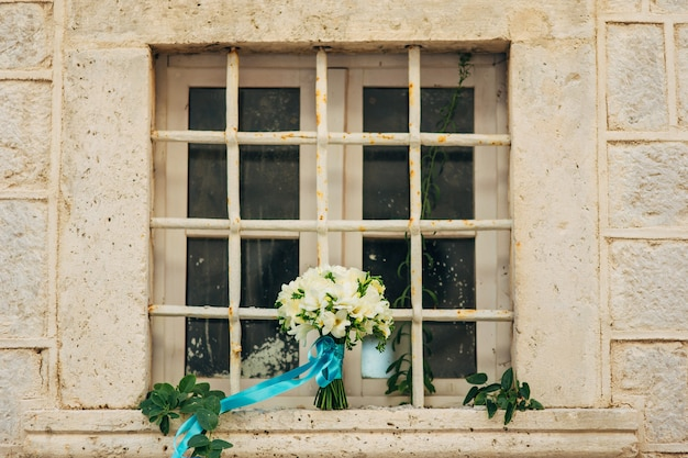 Bruidsboeket op een raam