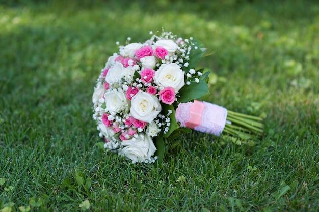 Bruidsboeket van grote en kleine rozen