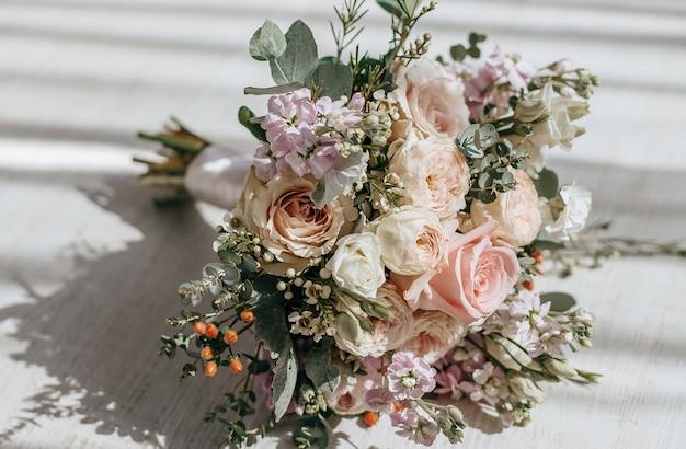 Bruidsboeket van pioenrozen bloemen op de vloer van de pasgetrouwden