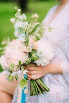 Bruidsboeket van pioenrozen in de handen van de bruid bruiloft in