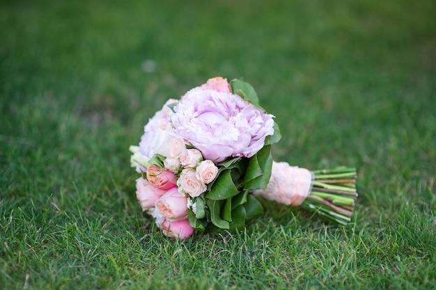 Bruidsboeket van pioniers- en gewone rozen