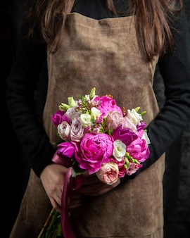 Bruidsboeket van pomponella witte en lichtroze rozen