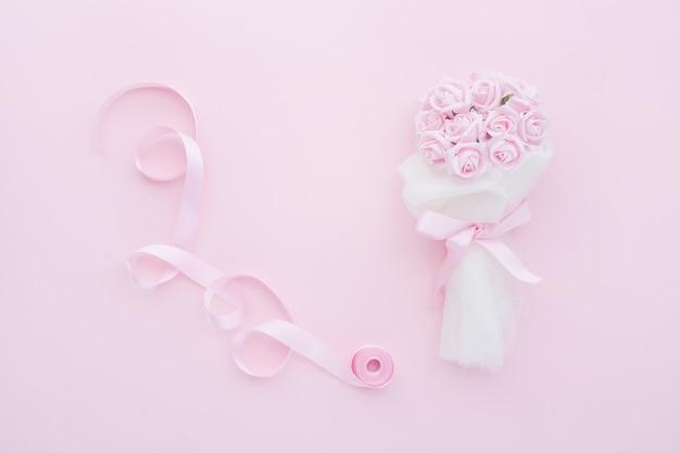 Bruidsboeket van roze rozen en roze lint
