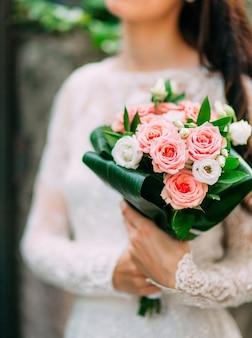 Bruidsboeket van roze rozen in bruiden handen bruiloft
