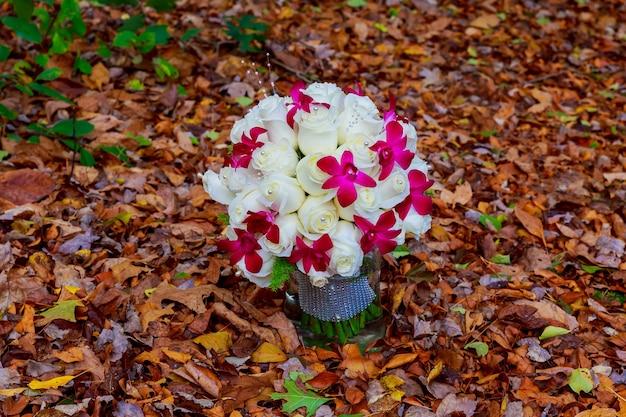 Bruidsboeket van rozen op een houten planken bruidsboeket van witte rozen op een achtergrond van bladeren