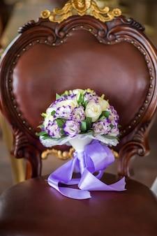 Bruidsboeket van verse bloemen op houten stoel