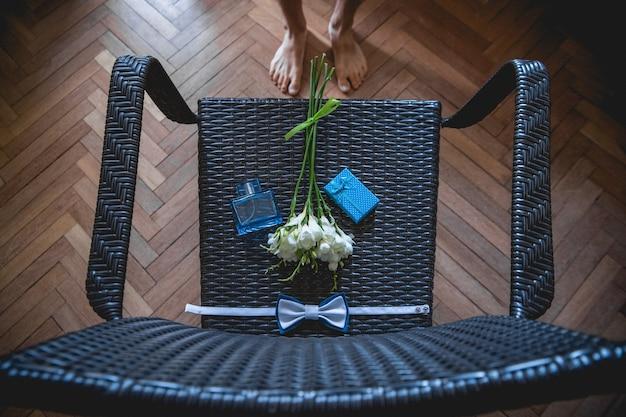 Bruidsboeket zakdoek vlinder en geschenkdoos op de stoel