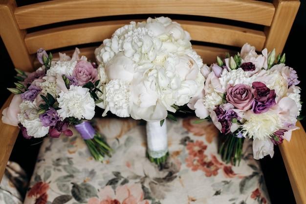 Bruidsboeketten van witte pioenrozen en zachte violette eustoma's