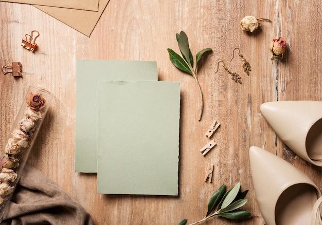 Bruidschoenen met huwelijkskaart naast