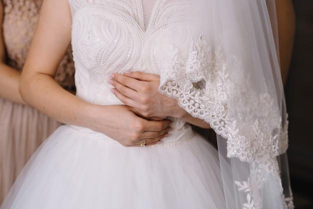 Bruidsmeisje bruid voorbereiden