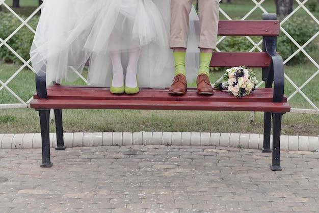Bruidsmeisje bruids schoenen naast een boeket bloemen
