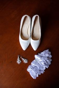 Bruidsmeisje schoenen, oorbellen, kousenband