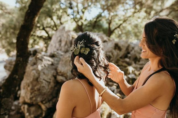 Bruidsmeisjes in mooie jurken buitenshuis