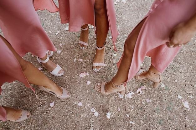 Bruidsmeisjes in mooie jurken die de bruiloft buiten vieren