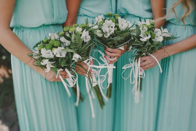 Bruidsmeisjes met boeketten