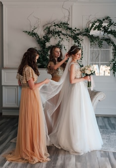 Bruidsmeisjes zullen de sluier corrigeren