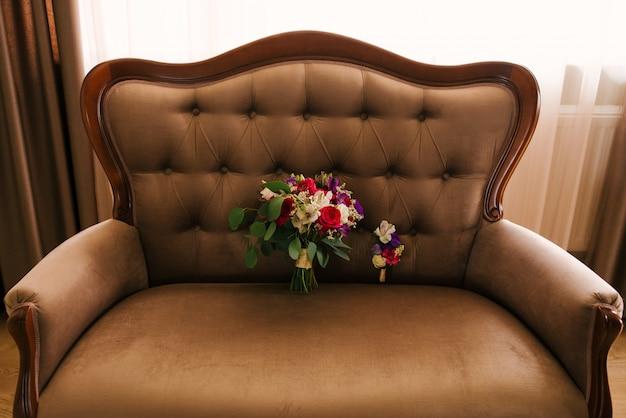 Bruidsochtend details. bruiloft boeket van oranje, beige en roze bloemen met sappig