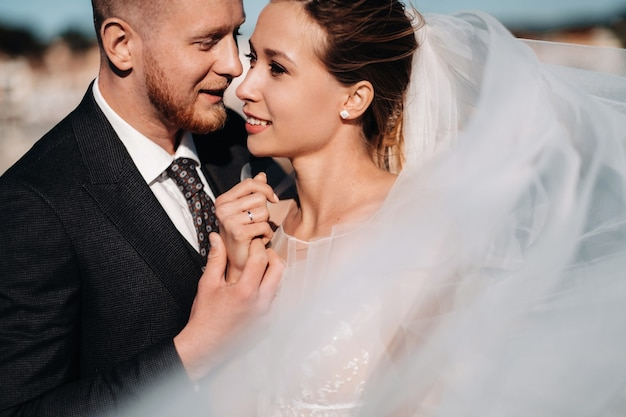 Bruidspaar aan de franse rivièra. bruiloft in de provence. bruid en bruidegom in frankrijk.