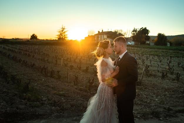 Bruidspaar bij zonsondergang in frankrijk. bruiloft in de provence. bruiloft fotoshoot in frankrijk