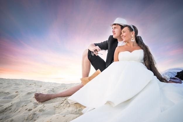 Bruidspaar charmant meisje in een witte jurk