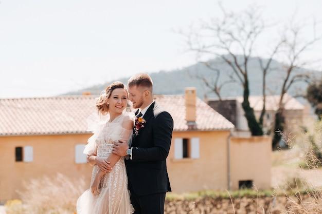 Bruidspaar dichtbij een villa in frankrijk. huwelijk in de provence. huwelijksfotoshoot in frankrijk.