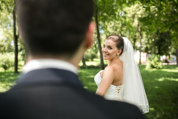 Bruidspaar gemaakt vanaf de achterkant van de bruidegom