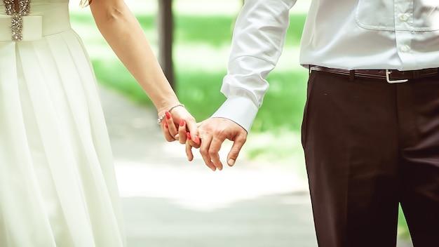 Bruidspaar hand in hand. bruid en bruidegom