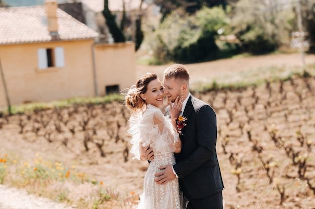 Bruidspaar in de buurt van een villa in frankrijk. bruiloft in de provence