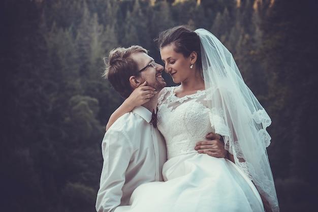 Bruidspaar in de buurt van karpaten