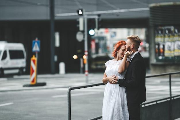 Bruidspaar in een futuristisch gebouw