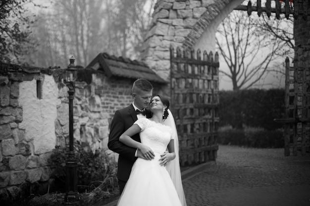 Bruidspaar in zwart-wit