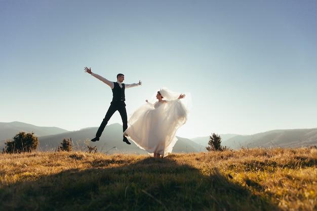 Bruidspaar is dolgelukkig, tegen de herfstbergen